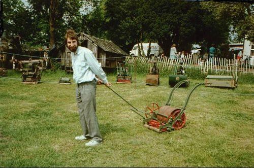 Первая газонокосилка